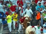 Un hombre agarrando los cuernos de un toro