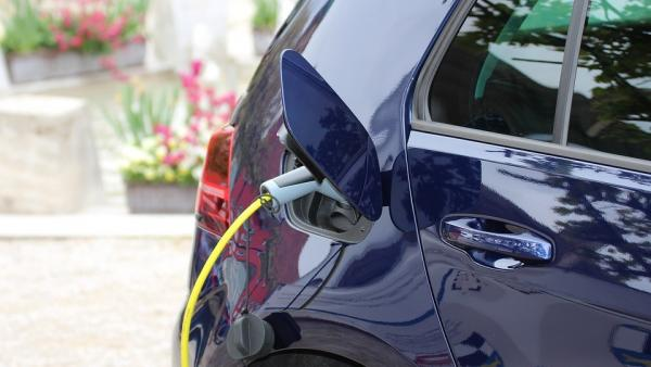 ¿Sabes cuánto pierden las petroleras por cada coche eléctrico vendido?
