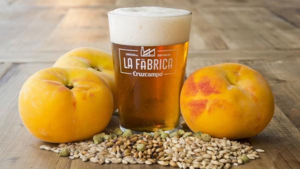 Cerveza Cruzcampo Fruity Ale con Melocotón.