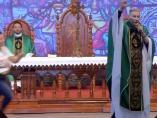 Una mujer tira a un sacerdote en plena misa