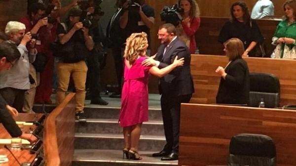 Teresa Mallada felicita a Adrián Barbón.