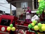 Un obispo de Buenaventura rociando agua bendita sobre un camión de bomberos