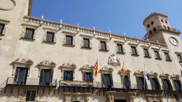Bandera del arcoiris colgada en el Ayuntamiento este lunes.