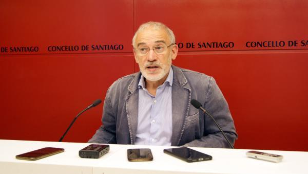 El portavoz del gobierno municipal de Santiago, Gumersindo Guinarte, en rueda de prensa