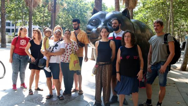 Algunas de las familias que se han podido quedar en el bloque del número 99 de la calle Hospital de Barcelona.
