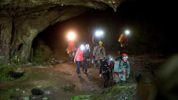 Salen de la cueva las tres espeleólogas