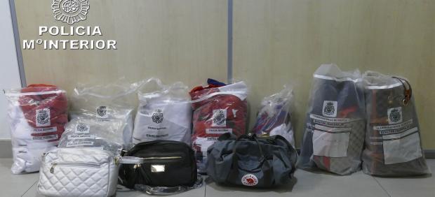 Prendas y efectos falsificados intervenidos por la Policía Nacional en Sanfermines