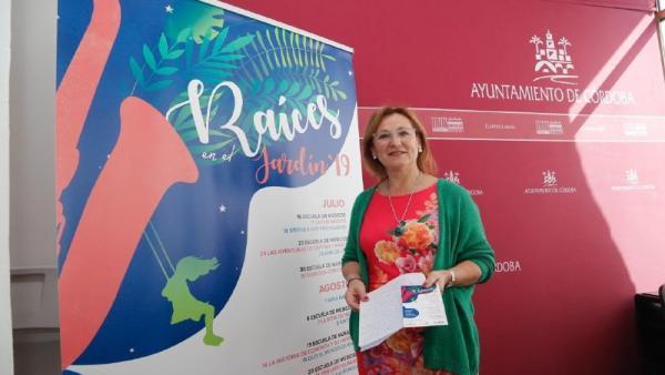 La presidenta del Ingema, Laura Ruiz junto un cartel del programa 'Raíces en el Jardín' 2019, en la reciente presentación del mismo.