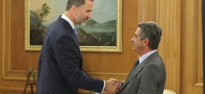 El Rey Felipe VI con Miguel Ángel Revilla en 2015