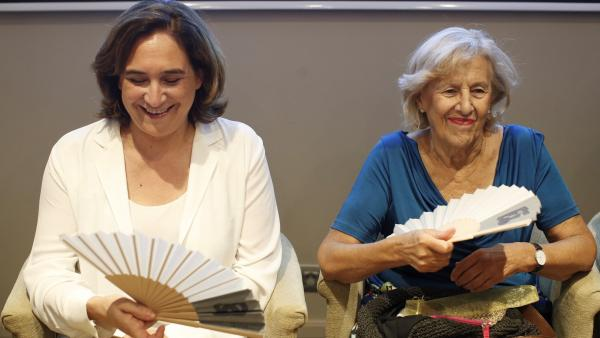 La alcaldesa de Barcelona, Ada Colau, junto a la exalcaldesa de Madrid, Manuela Carmena, en la primera sesión del ciclo 'Diálogos BCN&MAD'.
