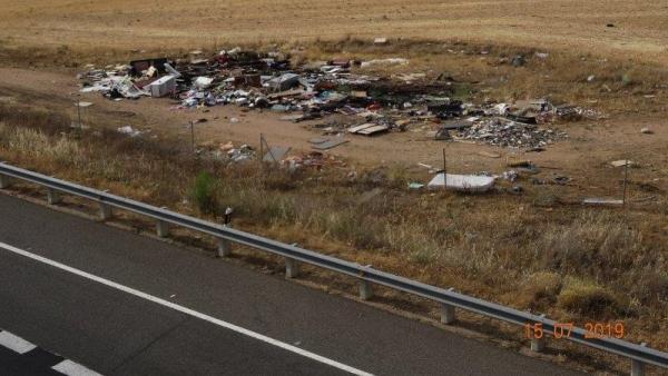 Imagen de un vertedero incontrolado junto a la A-66 a su paso por Salamanca