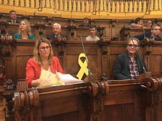 Lazo amarillo colocado en la silla reservada para Joaquim Forn (JxCat) en el pleno de Barcelona.