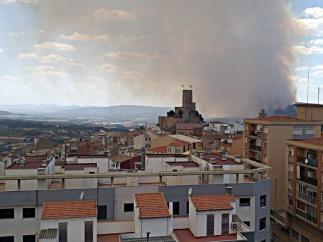 Imagen de la columna de humo del incendio de Beneixama vista desde Banyeres de Mariola ayer lunes.