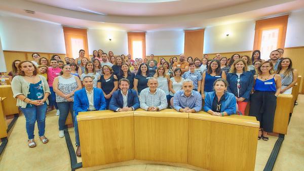 El presidente del Cabildo de Tenerife, Carlos Alonso, y el vicepresidente socioeconómico, Efraín Medina, mantienen un encuentro con personal técnico de 'Barrios por el Empleo'
