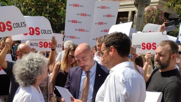 El subdelegado del Gobierno, Carlos Prieto, hablando con los representantes de las autoescuelas catalanas que protestan ante la Delegación del Gobierno en Barcelona.