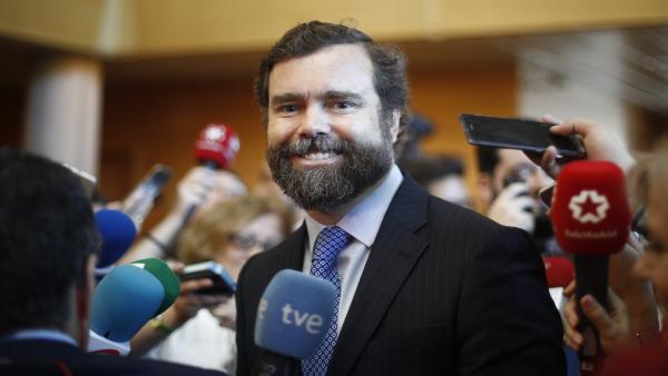 El portavoz del Grupo Parlamentario de VOX en el Congreso y cabeza del comité negociador, Iván Espinosa de los Monteros, atiende a los medios de comunicación durante el pleno de investidura del presidente de la Comunidad de Madrid.