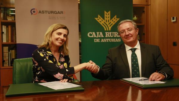 La presidenta de Asturgar SGR, Eva Pando, y el nuevo director general de Caja Rural de Asturias, Antonio Romero.