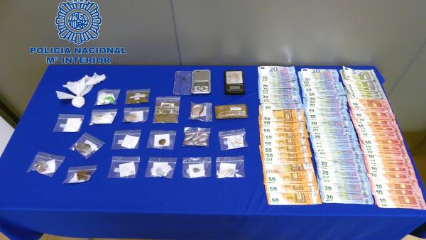 Material incautado tras la detención de 8ocho personas de una banda de tráfico de drogas