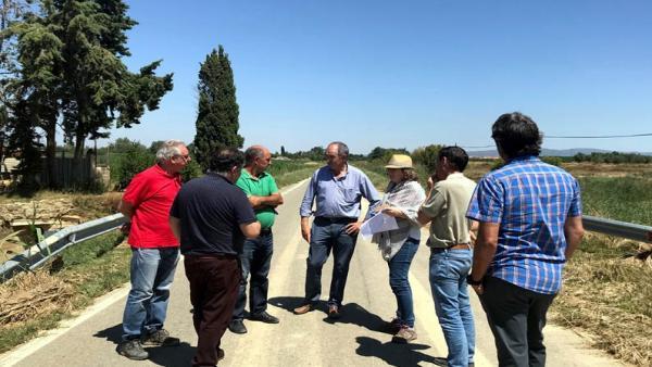 La consejera y el director general junto a representantes del Ayuntamiento de Pitillas y de la Comunidad General de Regantes.