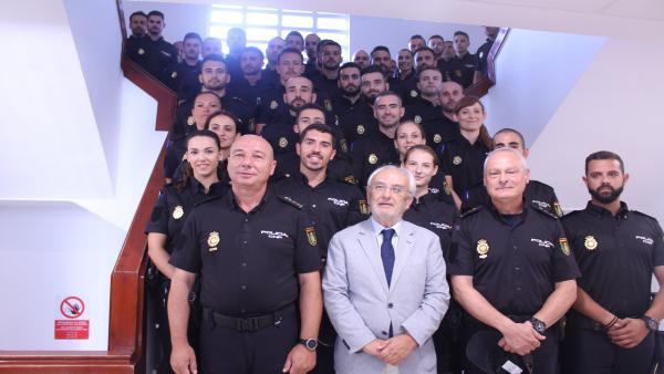 El subdelegado de Gobierno en Almería, Manuel de la Fuente, recibe a los nuevos agentes en prácticas