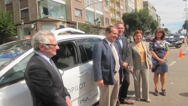 El director del CTAG, Luis Moreno, el alcalde de Vigo, Abel Caballero, y el director de la planta de PSA en la ciudad, Ignacio Bueno
