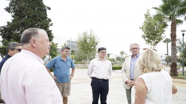 Pimentel habla con vecinos de Sevilla del barrio de la Ranilla.