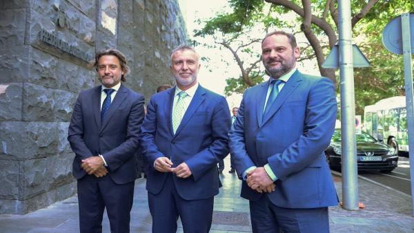 Presidente del Parlamento de Canarias, Gustavo Matos; presidente de Canarias, Ángel Víctor Torres, y ministro de Fomento en funciones, José Luis Ábalos