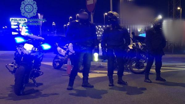 Imagen de un operativo nocturno de la Policía Nacional en la playa de Palma.