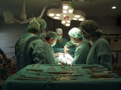 Cirujanos médicos hospital quirófano intervención