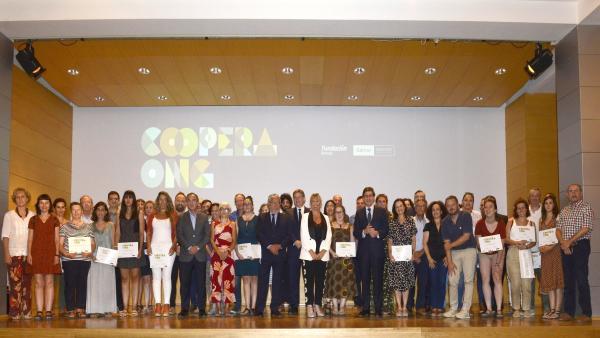 Foto de familia de la entrega de ayudas a ONGs de la Fundación Bancaja y Bankia