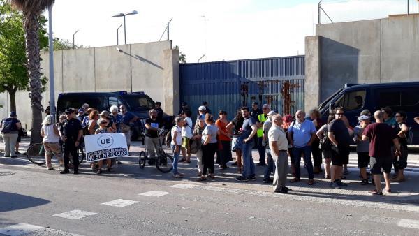 Activistas y políticos se concentran por el interno que se suicidó en el CIE
