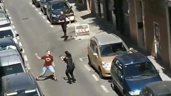 Ataca con un cuchillo a una agente en prácticas