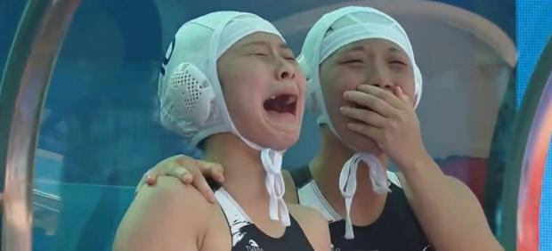 La selección de waterpolo de Corea del Sur estalla en lágrimas tras marcar su primer gol después ...