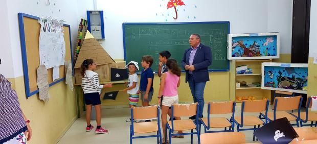 El delegado con un grupo de alumnos del CEIP Carlos III