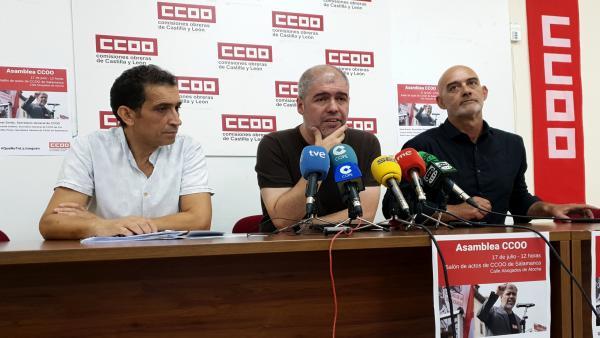Unai Sordo (centro) junto a los secretarios regional y provincia, Vicente Andrés (i) y Emilio Pérez (d), respectivamente