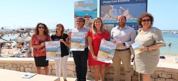El conseller de Medio Ambiente, Miquel Mir (2d), y la consellera de Salud y Consumo, Patricia Gómez (3i), entre otros, durante el acto de señalización de la 'Playa sin humo' en Cala Estància
