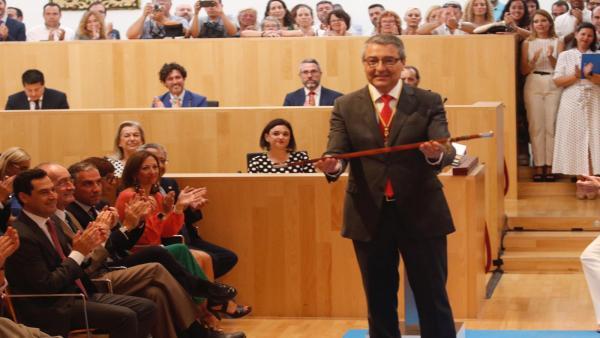 El reelegido presidente de la Diputación de Málaga, Francisco Salado, con el bastón de mando y acompañado por el presidente de la Junta de Andalucía, Juanma Moreno.