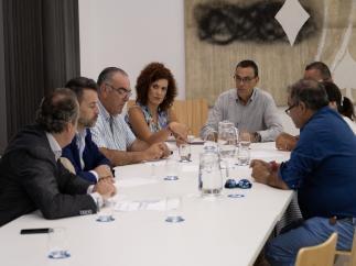 El presidente de la Diputación de Huelva, Ignacio Caraballo, asiste a la reunión de la Mesa de la Pesca