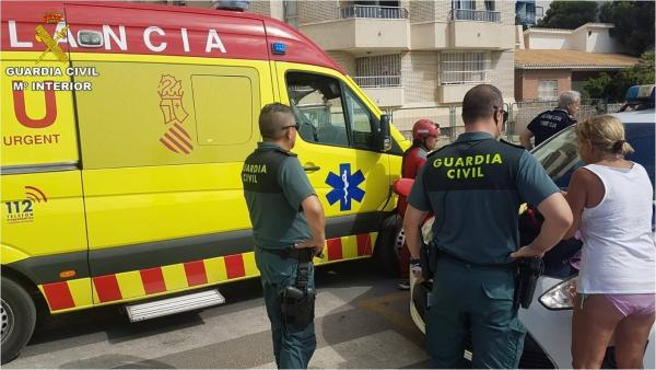 Agentes junto a equipos médicos en el rescate del hombre en cala Palangre.