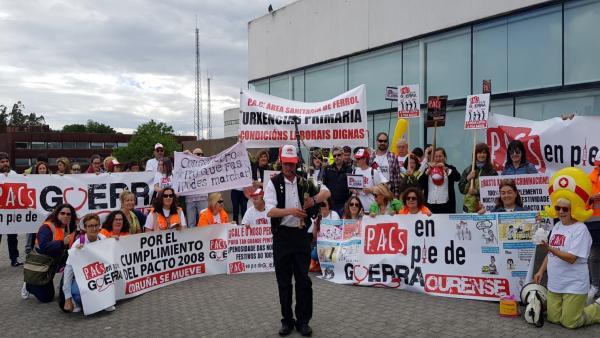 Trabajadores de PAC de Galicia se concentra delante del Sergas en Santiago.