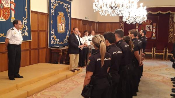 Los 19 nuevos agentes del Cuerpo Nacional de Policía de Teruel en el acto de bienvenida este miércoles.