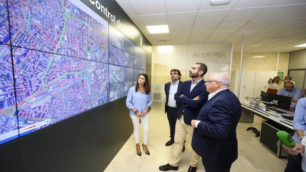 El alcalde de Almería visita la sala de control de tráfico de la ciudad