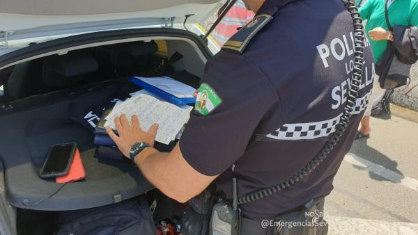 Los agentes comprueban el vehículo interceptado