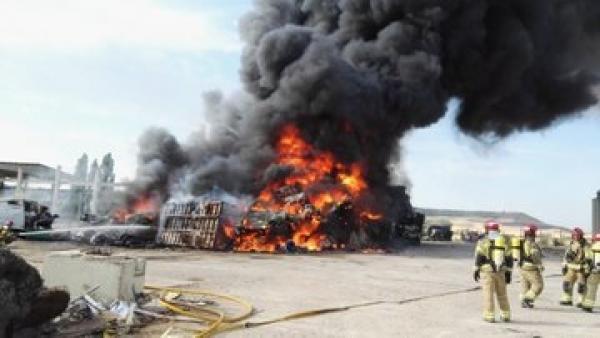 Incendio en un desguace en la carretera de Renedo de Valladolid.