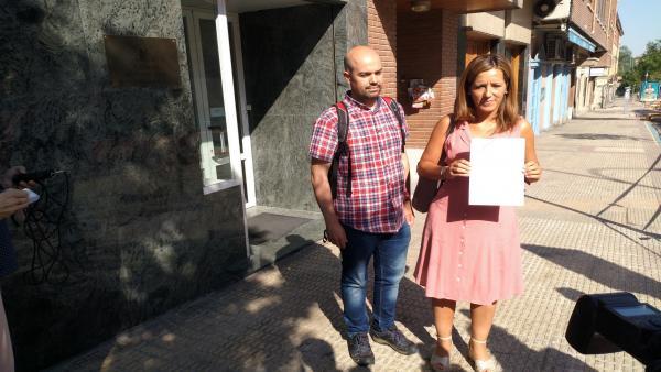 Los concejales de IU en Segovia, Ángel Galindo y Ana Peñalosa, presentan el recurso contencioso electoral en el Juzgado número 5 de Segovia.
