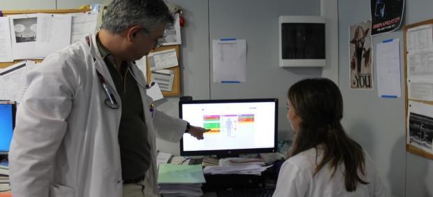 Profesionales de la salud revisan el sistema personalizado en el tratamiento de las enfermedades crónicas complejas