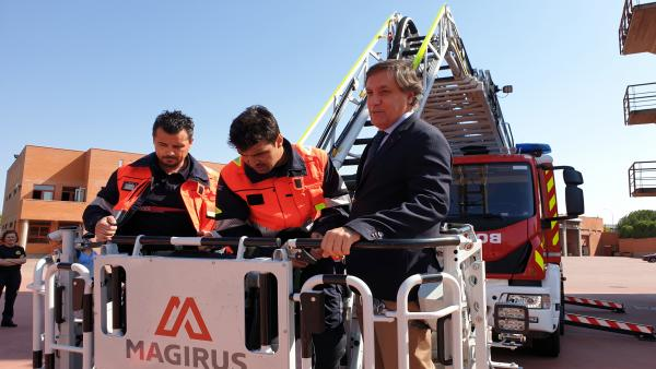 El alcalde (D) con los bomberos.