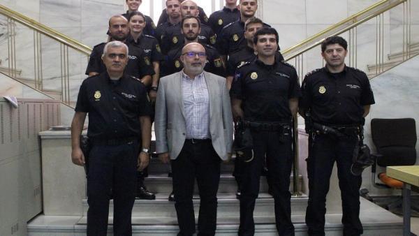 El subdelegado con los alumnos y otros agentes de la Comisaría de Soria.