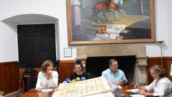 La consejera de Cultura, Nuria Flores, recibe la biblioteca de Yuste en el Monasterio