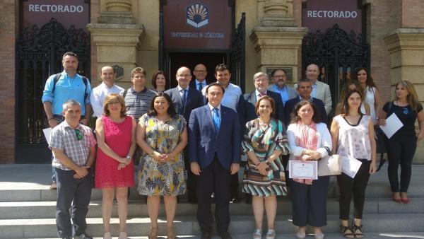 Representantes de instituciones y empresas tras la presentación del máster